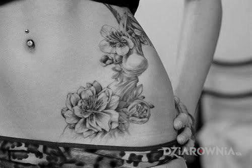 Tatuaż Kwiaty Na Brzuchu Autor Bugat Dziarowniapl