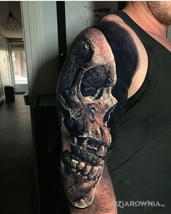 Tatuaż czaszka na maksa w motywie czaszki i stylu realistyczne na ramieniu