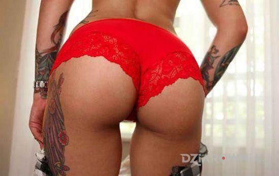 Tatuaż wytatuowana w czerwieni - seksowne