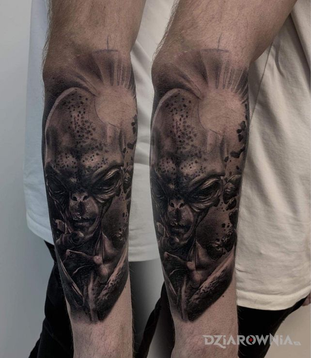 Tatuaż alien - kosmos