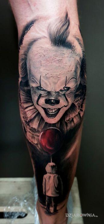 Tatuaż pennywise w motywie kolorowe i stylu realistyczne na łydce