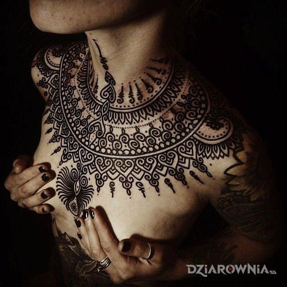 Tatuaż stylowo dookoła szyi w motywie ornamenty i stylu kontury / linework na klatce