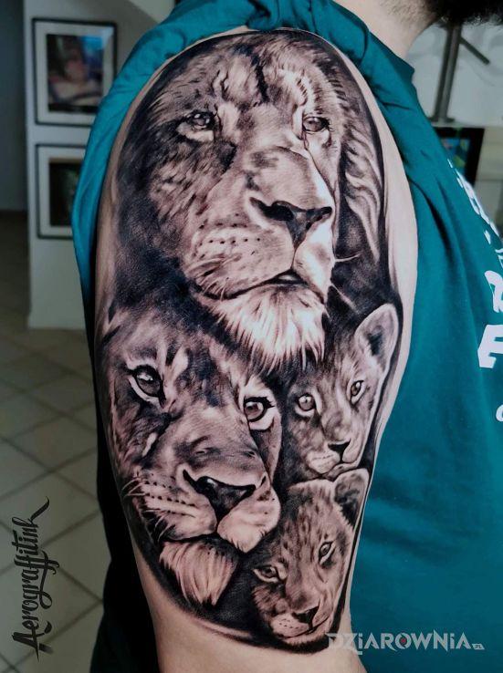 Tatuaż lwy w motywie zwierzęta i stylu realistyczne na ramieniu
