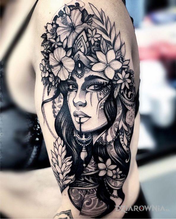 Tatuaż dziewczyna w koronie z kwiatów w motywie twarze i stylu graficzne / ilustracyjne na ramieniu