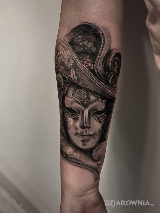 Tatuaż maska w motywie twarze i stylu realistyczne na przedramieniu