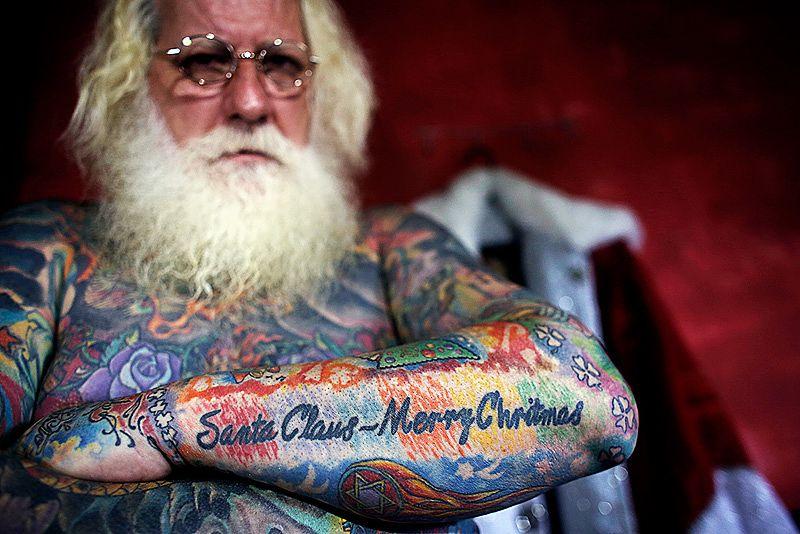 święty mikołaj z tatuażami