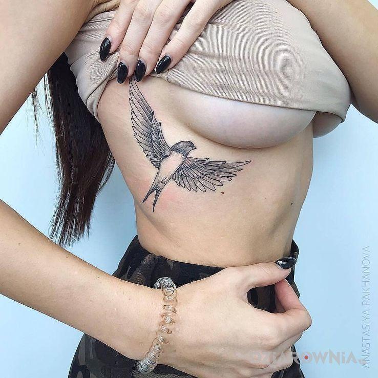 Tatuaż ptaszek w motywie czarno-szare i stylu realistyczne na żebrach