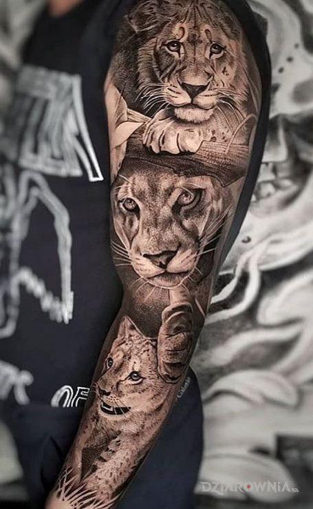 Tatuaż lwia rodzina w motywie zwierzęta i stylu realistyczne na przedramieniu