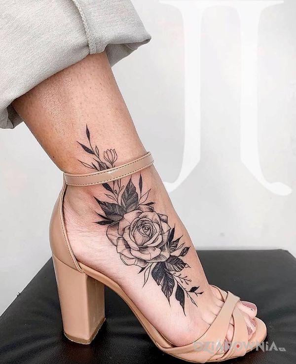 Tatuaż różyczka w motywie kwiaty i stylu realistyczne przy kostce