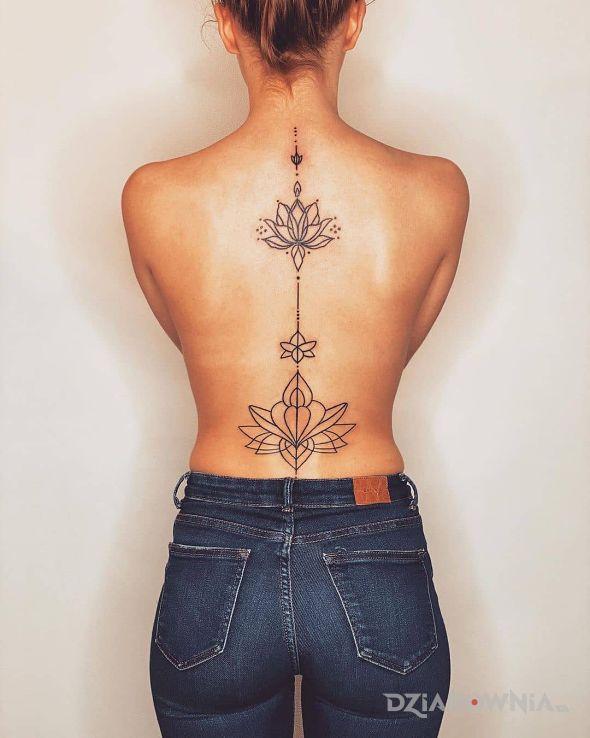 Tatuaż piękny kwiat lotosu w motywie kwiaty i stylu kontury / linework na plecach