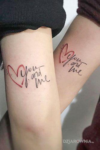 Tatuaż you and me w motywie miłosne i stylu kaligrafia na ramieniu