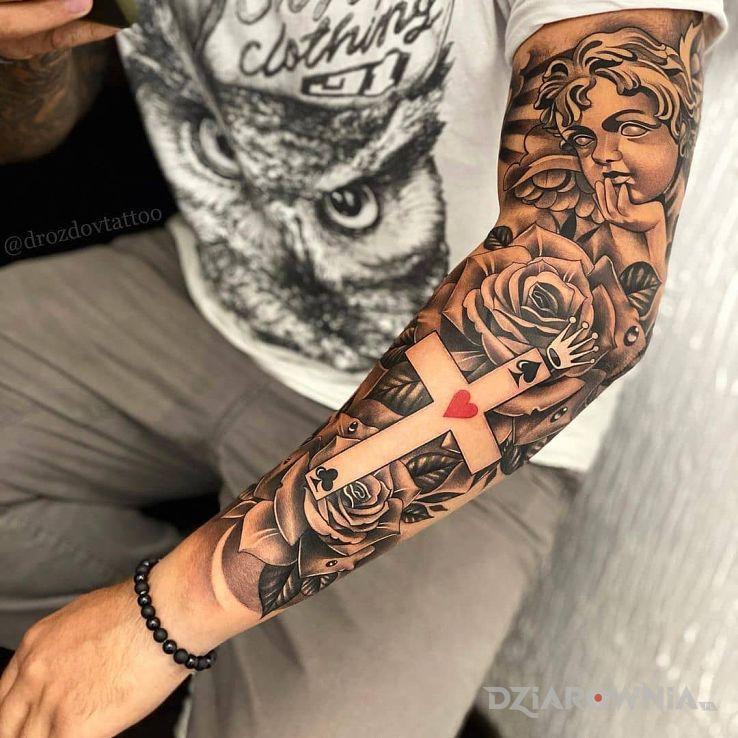 Tatuaż królewski krzyż w motywie anioły i stylu realistyczne na przedramieniu