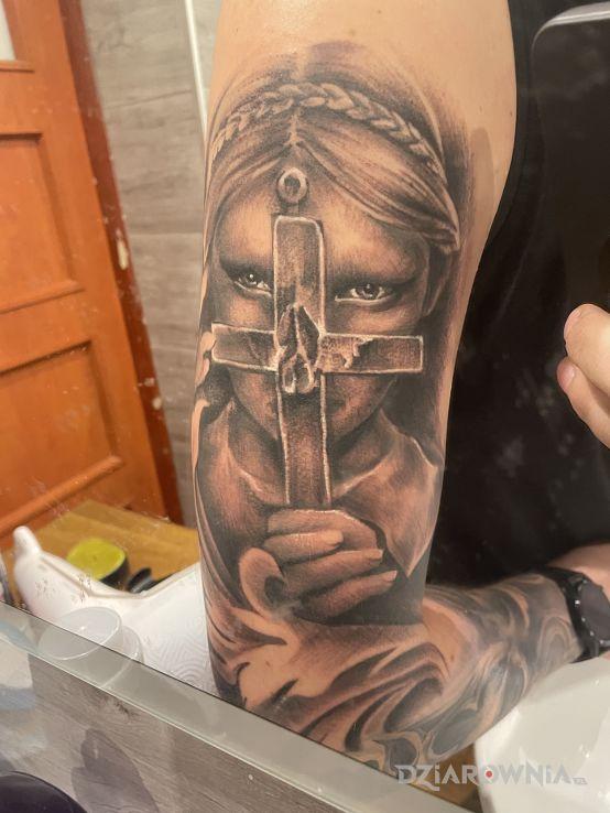 Tatuaż kobieta z krzyżem - przedmioty