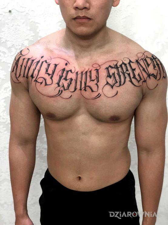 Tatuaż family is my strentgh - napisy