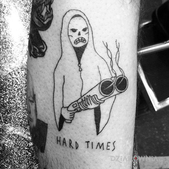 Tatuaż ciężkie czasy w motywie napisy i stylu ignorant na przedramieniu