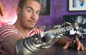 Maszynka do tatuowania w protezie ręki