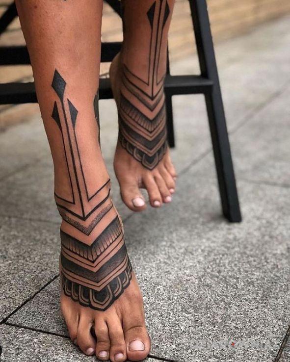 Tatuaż stópki w motywie czarno-szare i stylu graficzne / ilustracyjne na stopie
