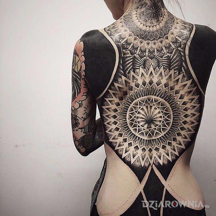 Tatuaż geometryczne plecy - czarno-szare