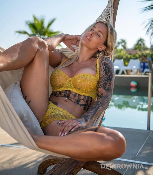 Tatuaż odpoczynek na hamaku w motywie rękawy i stylu realistyczne na ramieniu