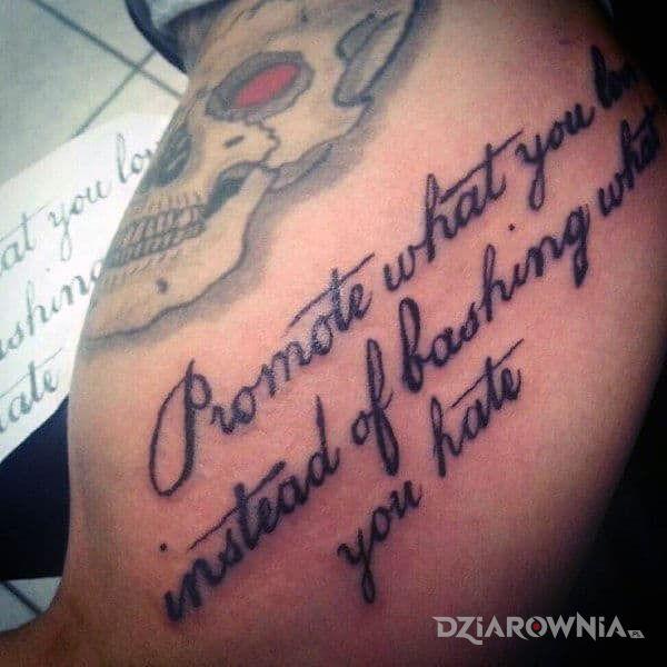 Tatuaż promuj dobre wartości w motywie napisy i stylu kaligrafia na ramieniu