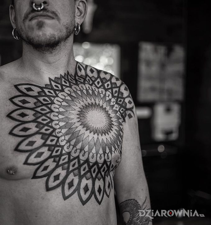 Tatuaż duża mandala w motywie mandale i stylu geometryczne na klatce