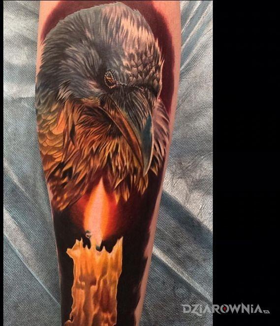 Tatuaż kruk i swieca w motywie 3D i stylu realistyczne na przedramieniu
