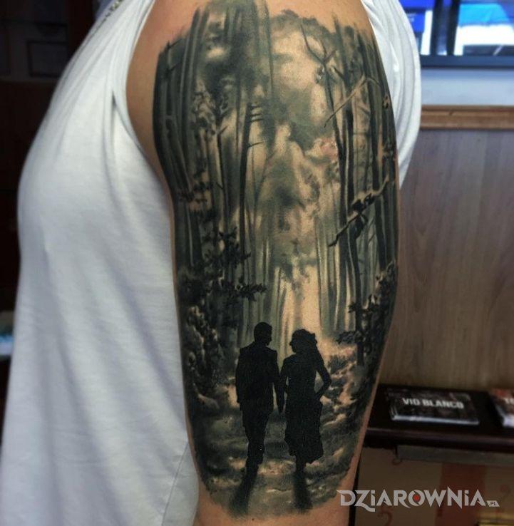 Tatuaż para w lesie w motywie postacie na ramieniu