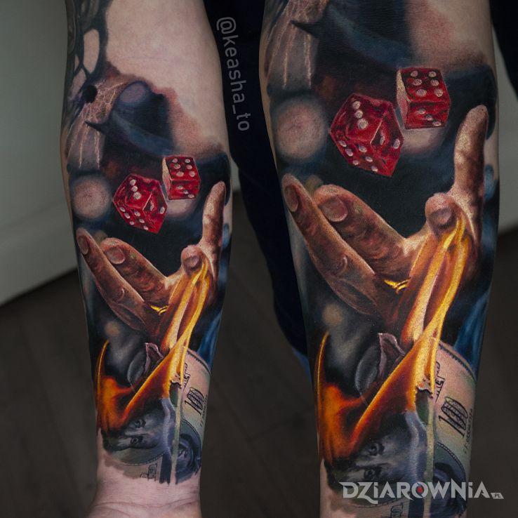 Tatuaż hazard w motywie kasyno i stylu realistyczne na przedramieniu