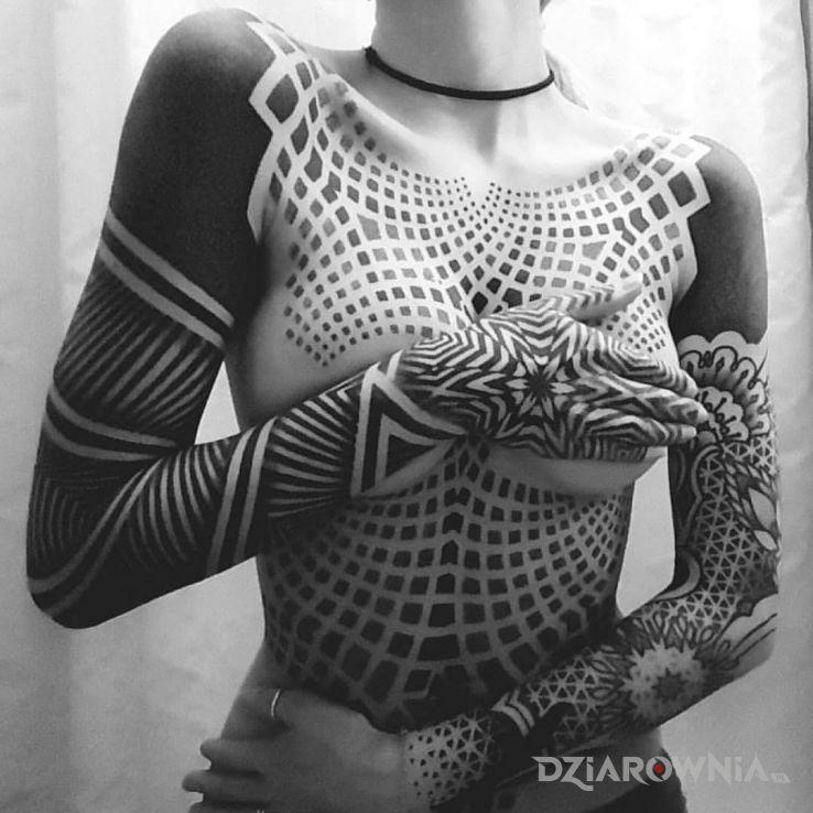 Tatuaż lubi czarny kolor w motywie czarno-szare i stylu geometryczne na ramieniu
