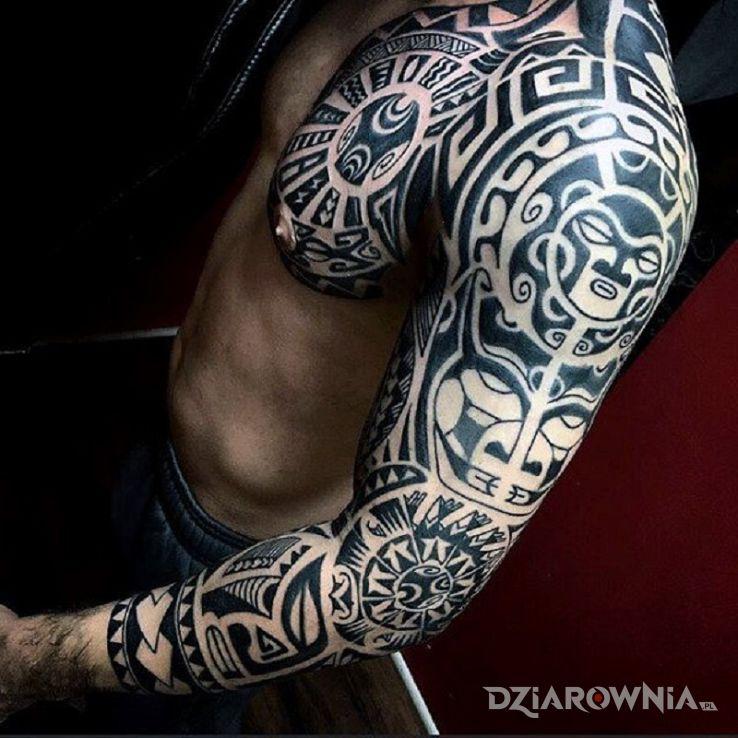 Tatuaż polinezyjski sztos w motywie rękawy i stylu polinezyjskie na przedramieniu