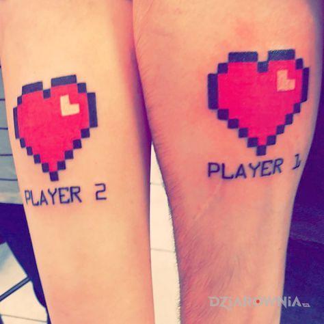 Tatuaż player 2 i player 1 w motywie miłosne na przedramieniu