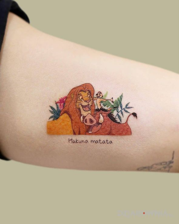 Tatuaż hakuna matata w motywie postacie i stylu kreskówkowe / komiksowe na ramieniu