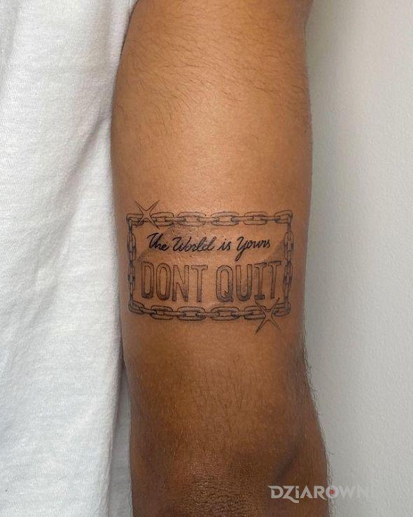 Tatuaż nie rezygnuj w motywie rękawy i stylu kaligrafia na ramieniu