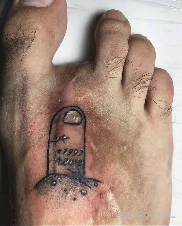 Tatuaż po paluchu w motywie śmieszne i stylu graficzne / ilustracyjne na stopie