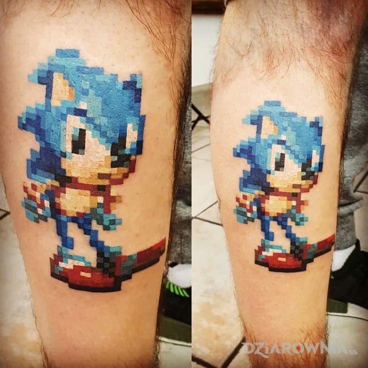 Tatuaż pixel sonic w motywie pikselowane na łydce