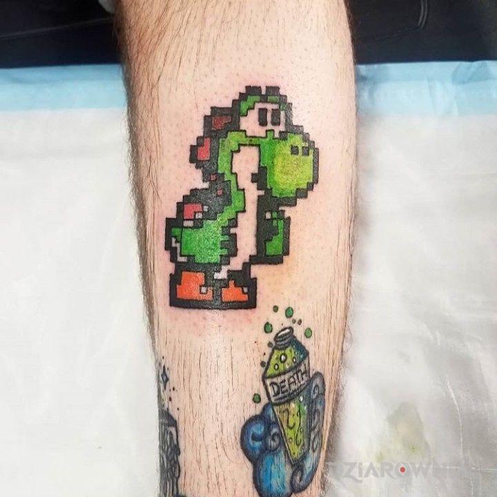 Tatuaż crock w motywie pikselowane na łydce