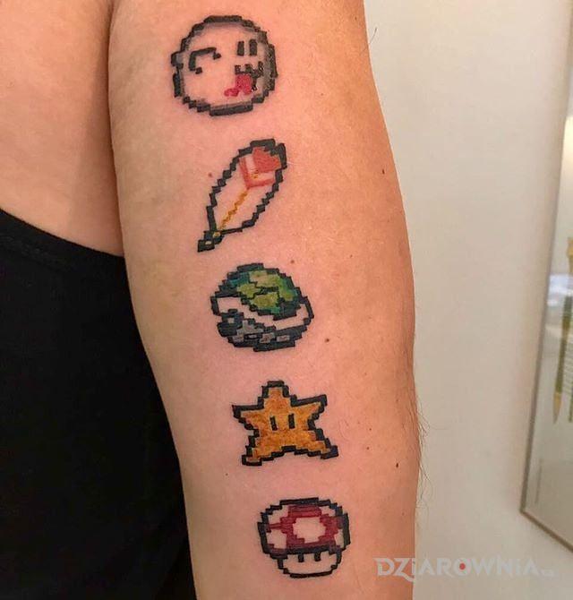 Tatuaż kilka ikonek w motywie pozostałe na ramieniu