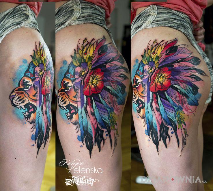 Tatuaż lew  pióropusz  pióra w motywie kolorowe i stylu watercolor na pośladkach