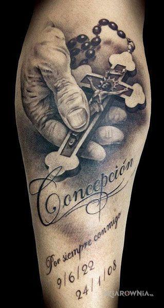 Tatuaż  różaniec w motywie napisy i stylu realistyczne na łydce