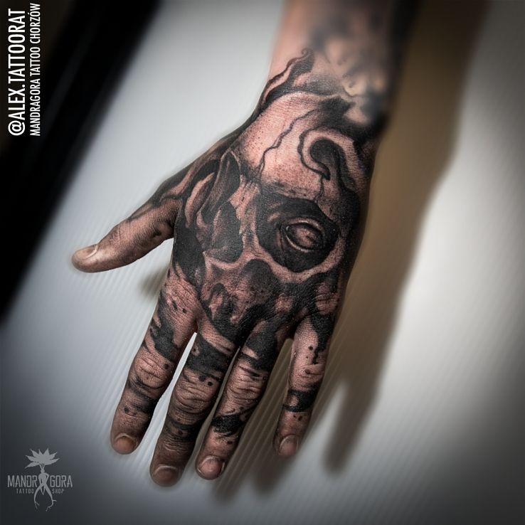 Tatuaż czacha dłoń cover palców w motywie czaszki i stylu realistyczne na dłoni