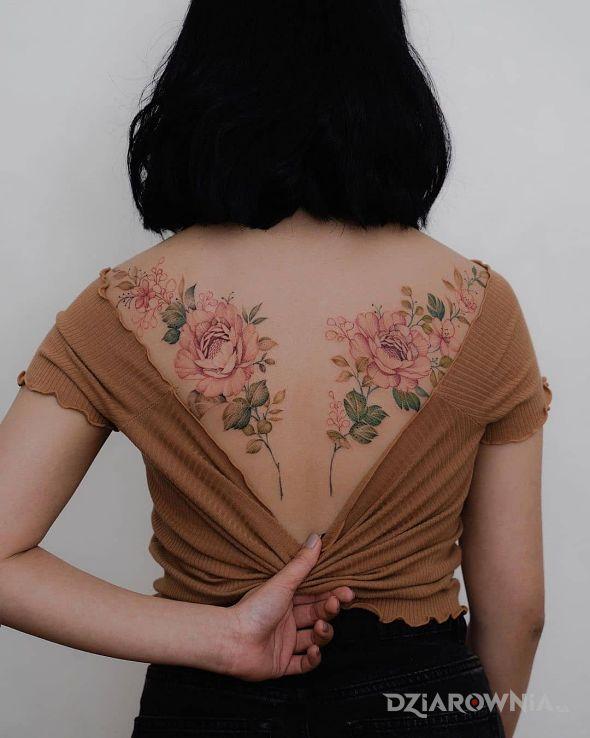 Tatuaż śliczne róże na łopatkach w motywie kwiaty i stylu realistyczne na plecach