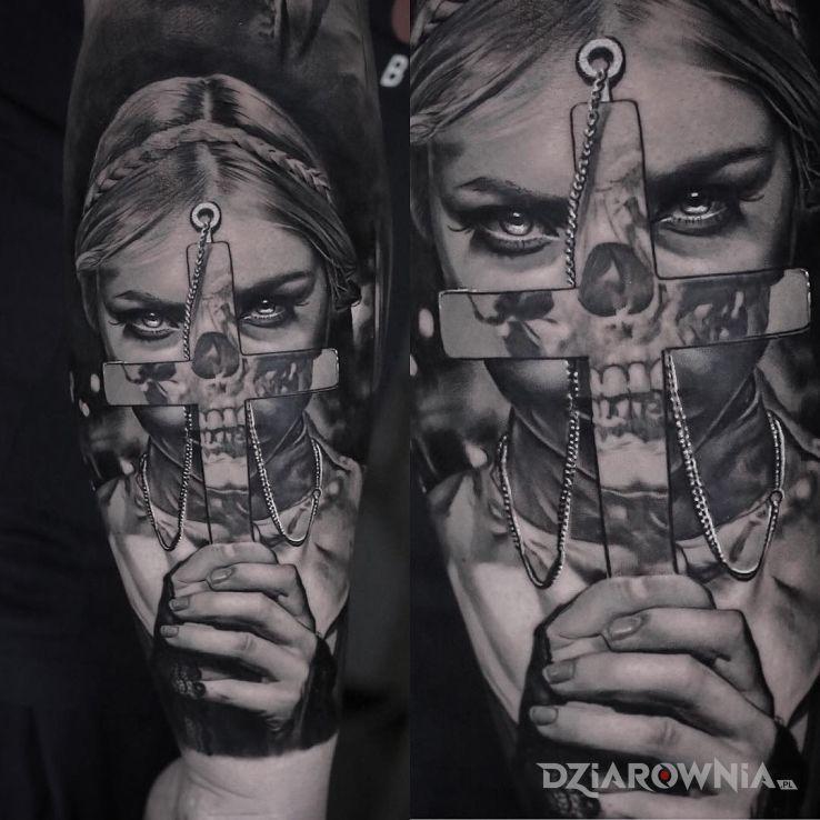 Tatuaż dziewczyna schowana za krzyżem - czarno-szare