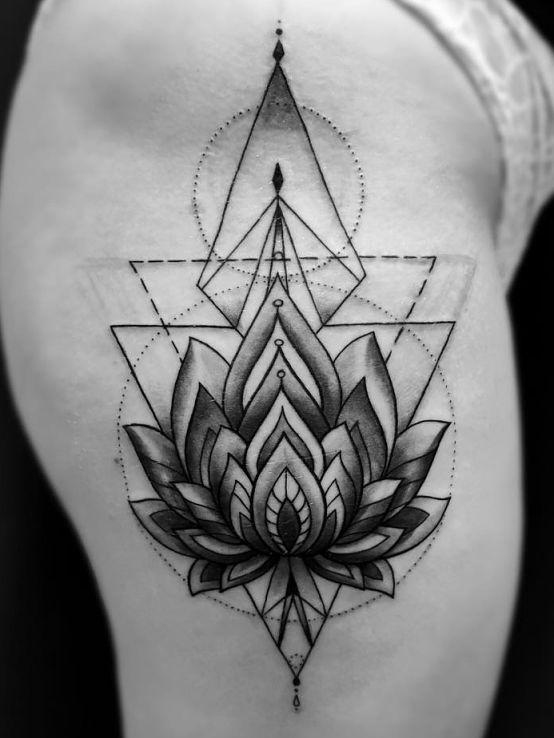 Tatuaż kwiat lotosu geometria w motywie kwiaty i stylu graficzne / ilustracyjne na nodze