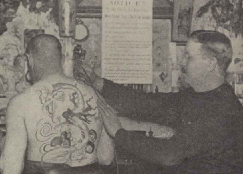 tatuażysta samuel o'reilly w trakcie tatuowania mężczyzny