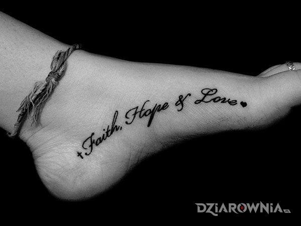 Tatuaż faith hope adn love w motywie napisy na stopie