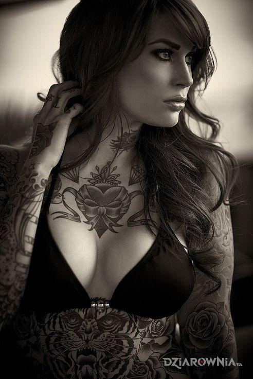 Tatuaż  serca i wiele innych w motywie zwierzęta na brzuchu