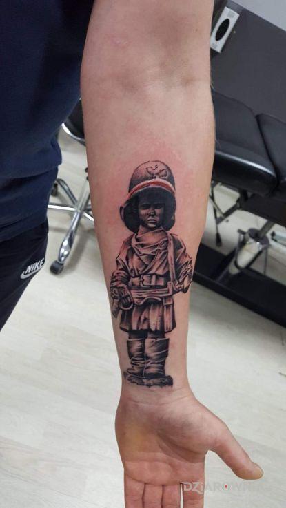 Tatuaż mały powstaniec w motywie patriotyczne i stylu realistyczne na ręce