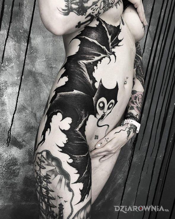 Tatuaż czarownica nietoperzyca w motywie czarno-szare i stylu blackwork / blackout na brzuchu