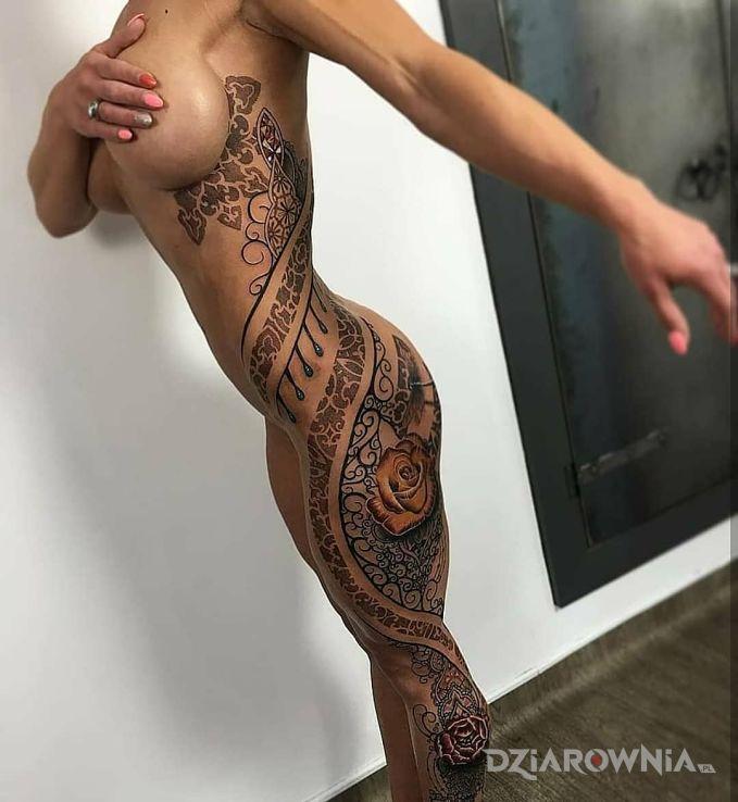 Tatuaż przyozdobiona tatuażami przepięknie w motywie ornamenty i stylu graficzne / ilustracyjne na łydce