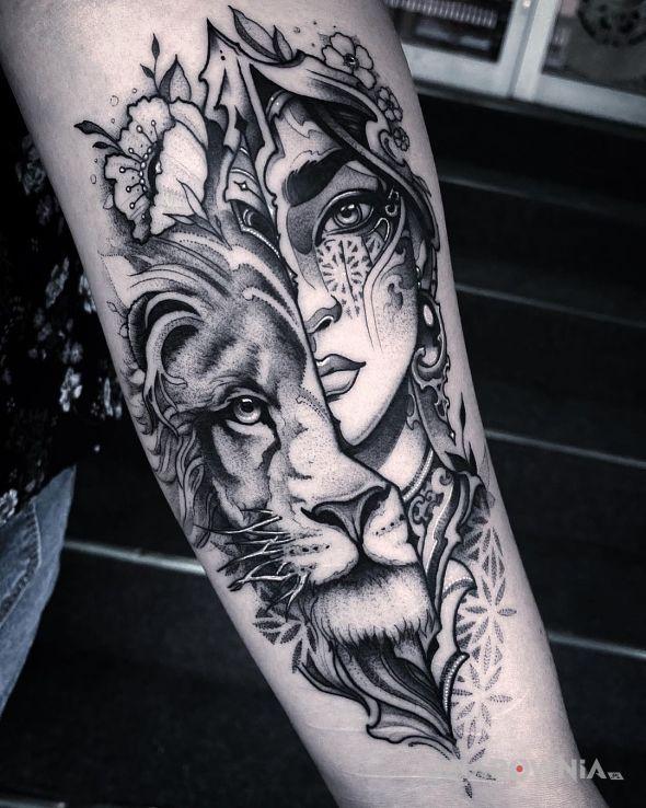 Tatuaż lwia natura drzemiąca w dziewczynie w motywie twarze i stylu graficzne / ilustracyjne na przedramieniu